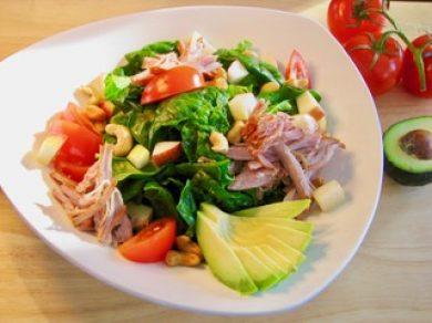 Effiloché de porc saumure douce en salade d'épinard, pomme, noix et avocat