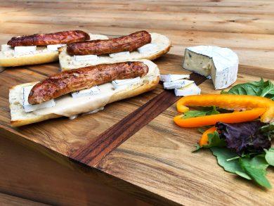 Hot dog sur baguette à la saucisse fromage bleu