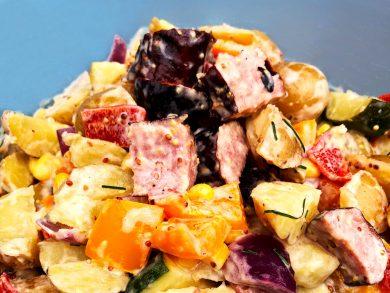Salade tiède d'été et saucisses Suisse